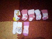 Babysocken und Mützen zu verkaufen