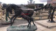 Beeindruckendes Megapferd mit lebensgroßem Bronzefohlen