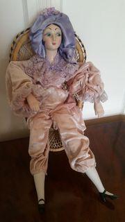 Porzellan Keramik Puppe im Korbstuhl