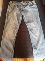 Jeans und zwei weiße Hosen