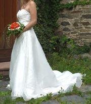 Champagnerfarbenes Brautkleid Derby mit Schleppe