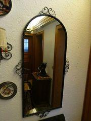 Spiegel in Eisen gefasst mit