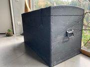 Schöne große schwarze Holzkiste