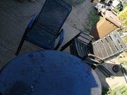 Tisch und Stühle zu verschenken