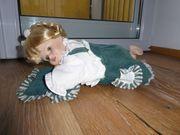 Deko Puppe blond liegend mit