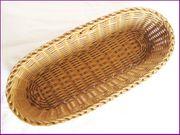 Korb aus braunem Kunststoff- Geflecht