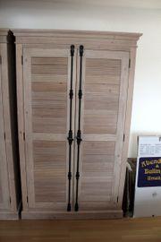 Kleiderschrank mit Lamellentüren und Metallschließer