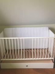 Kinderbett mit Wickelkomode