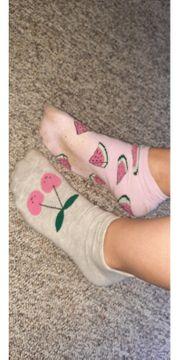 ein Paar verschiedene gebrauchte Socken