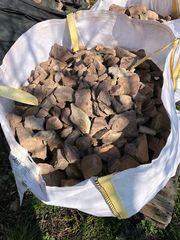 Rote Sandsteine für Gabionenzäune