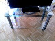 TV-Tisch aus Glas mit Rollen
