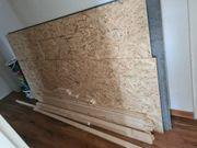 Dachlatten und Pressspanplatten