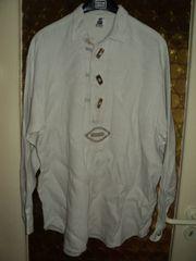 Mehrere Trachtenhemden in weiß und