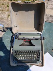 Vintage Schreibmaschine Olympia mit Koffer
