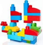 Kinder die Spielzeug bauen