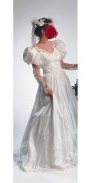 Brautkleid mit Reifrock und Kopfschmuck
