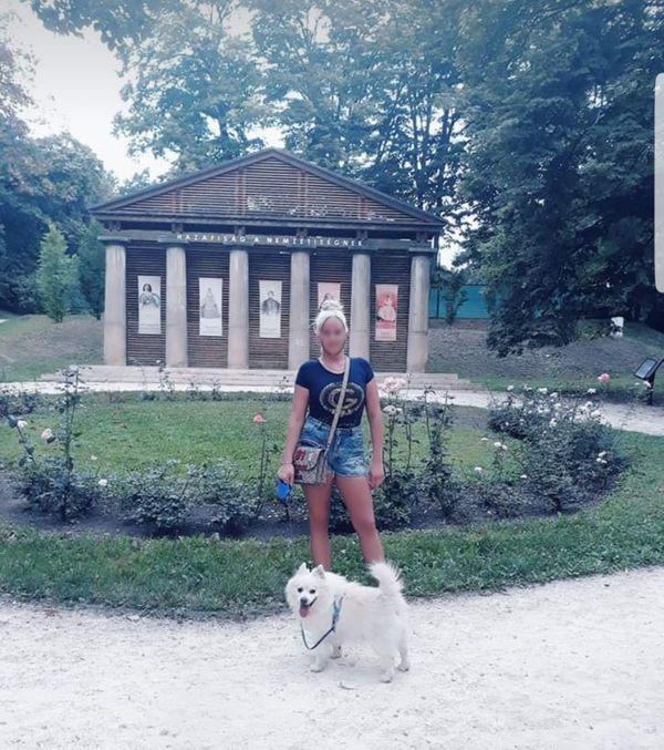 Hübsches junges blondes ungarisches Mädchen