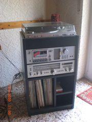 Stereo - Musik Rack mit Geräten