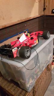 Roter Rennwagen mit Accu