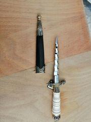 Messer mit geflammter Klinge