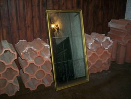 Schicker alter Spiegel mit goldenem Rahmen