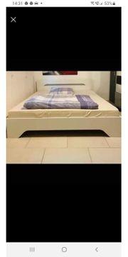 Bett mit Matratze und Rahmen