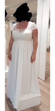 weißes Brautkleid mit Spitzenbesatz und