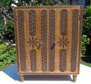 Kleiner Zierschrank Vertiko mit Holzschnitzereien