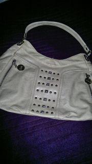 Modische Handtasche mit dekorativen Nieten