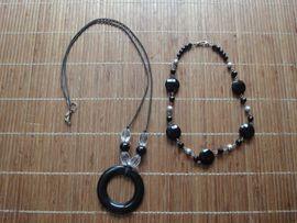 2 Hals-Ketten mit schwarzen und silbernen Steinen Die Kurze ca. 45 cm die Lange ca. 85 cm