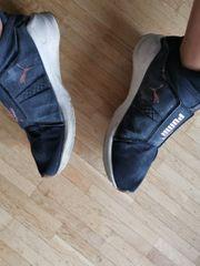 getragene miefende Puma Sneaker