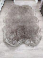 Schöner neuwertiger Fellteppich sehr flauschig