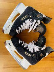 Eishockeyschlittschuhe und -schutzhandschuhe