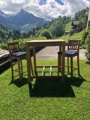 Stehtisch neuwertig mit zwei Stühlen