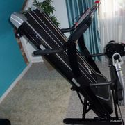 Laufband mit Fitness-Station mit Bandmassagegerät