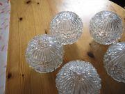 Glaskugeln einer Hängelampe mit Ornamenten