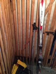 Carving-Ski mit Bindung und Skistecken