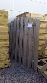 Zaunelement aus Holz mit Rundbogen -