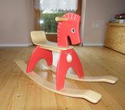 rotes Holzschaukelpferd
