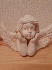 Kleine Engelfigur mit großen Flügeln