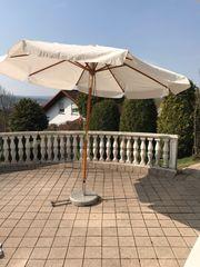 Sonnenschirm mit Granitständer mit Rollen