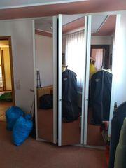 Schlafzimmerschrank mit Spiegeltüren