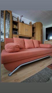Sofa mit Kissen und Schlaffunktion