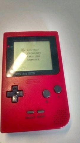 Game Boy Pocket in rot mit einem Spiel