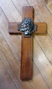 Holzkreuz mit Bronzerelief