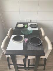 Tisch und Stühle ohne Geschirr