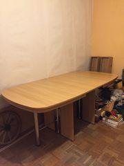 Tisch aus massivem Holz und