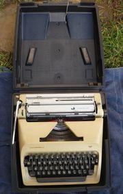 Vier Schreibmaschinen