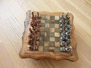 Schach auf Holztisch Metallfiguren Rarität