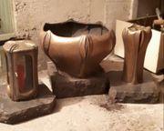 Grabschale und Laterne und Vase
